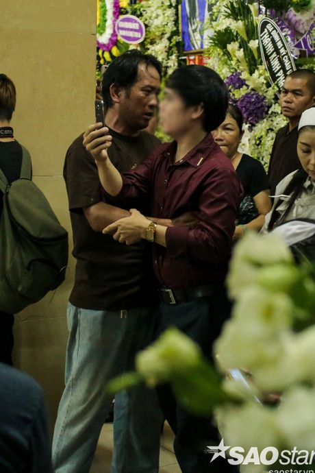 Nguoi dan ong thich selfie cung nghe si tai dam tang Minh Thuan tro lai quay roi le vieng NSUT Ut Bach Lan! - Anh 8