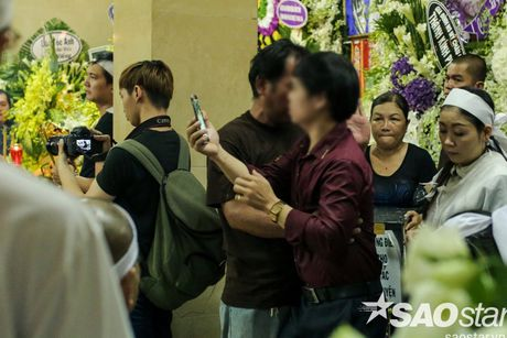 Nguoi dan ong thich selfie cung nghe si tai dam tang Minh Thuan tro lai quay roi le vieng NSUT Ut Bach Lan! - Anh 9