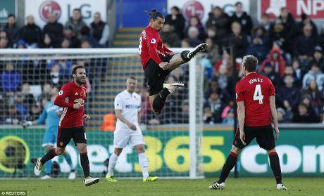 Pogba, Ibrahimovic toa sang tro lai, M.U co '3 diem bo tui' tu Swansea - Anh 1