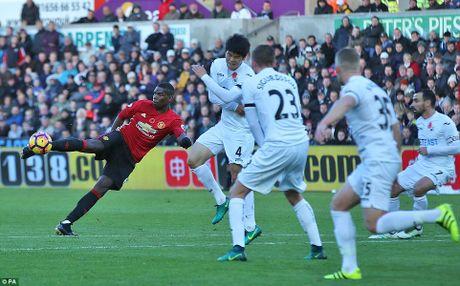 Pogba, Ibrahimovic toa sang tro lai, M.U co '3 diem bo tui' tu Swansea - Anh 2