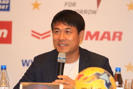 HLV Huu Thang 'tu choi kheo' loi khen cua thay Riedl - Anh 1