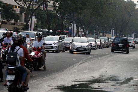 Nguoi Sai Gon 'du chieu' chay xe de vuot len, CSGT phat khong xue! - Anh 1