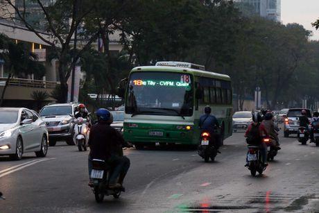 Nguoi Sai Gon 'du chieu' chay xe de vuot len, CSGT phat khong xue! - Anh 2
