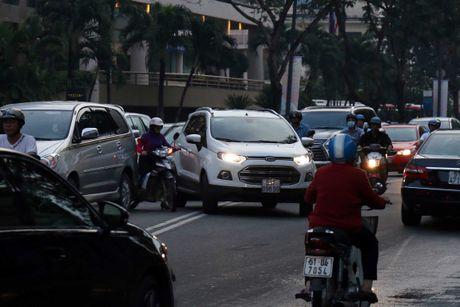 Nguoi Sai Gon 'du chieu' chay xe de vuot len, CSGT phat khong xue! - Anh 3