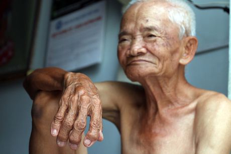 Cha 97 tuoi 'banh u day' khap Sai Gon: Khong nhan tien vi nhieu nguoi con kho - Anh 2