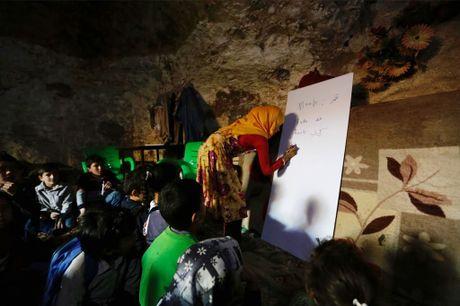 Tre em Syria di hoc trong hang dong giua chien su - Anh 3