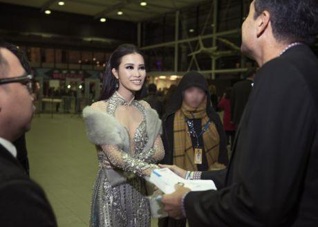 Dong Nhi dien ao dai cach tan tren tham do EMA 2016 - Anh 1