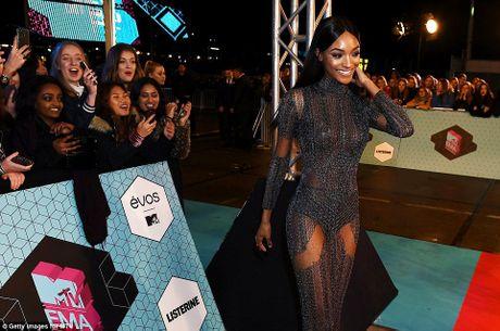 Nguoi dep do mot xuyen thau tren tham do MTV EMA 2016 - Anh 1