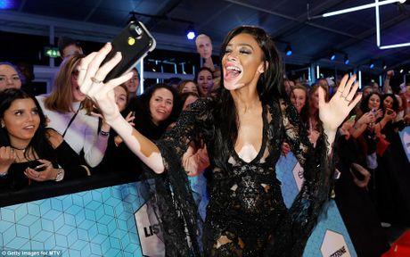 Nguoi dep do mot xuyen thau tren tham do MTV EMA 2016 - Anh 4