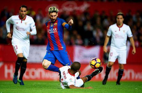 Messi noi gian nem giay vi the phat khong dang co - Anh 1