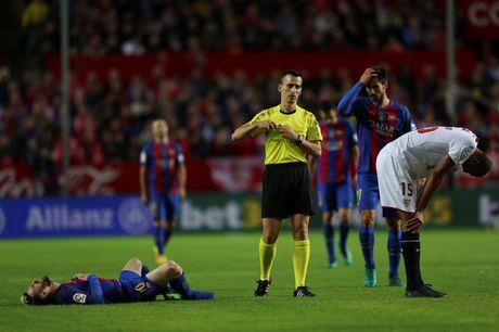 Messi noi gian nem giay vi the phat khong dang co - Anh 2