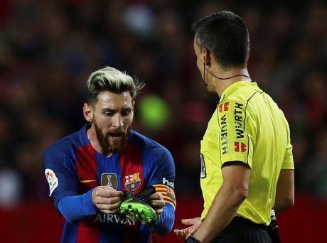 Messi noi gian nem giay vi the phat khong dang co - Anh 3