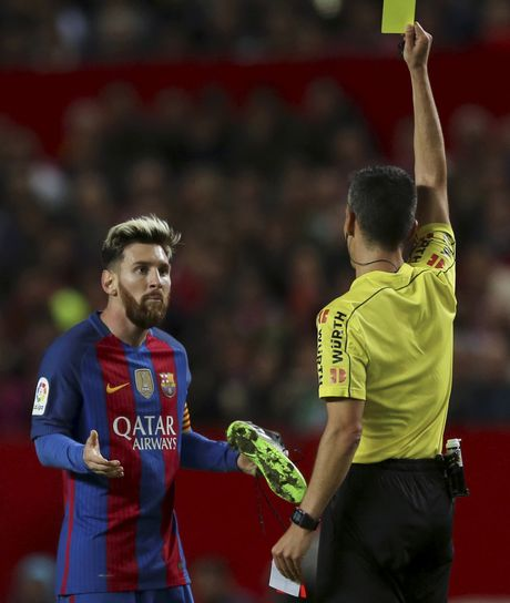 Messi noi gian nem giay vi the phat khong dang co - Anh 4