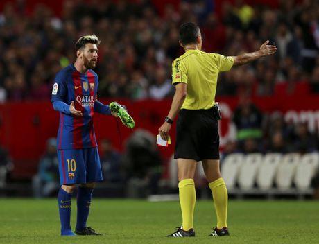 Messi noi gian nem giay vi the phat khong dang co - Anh 5