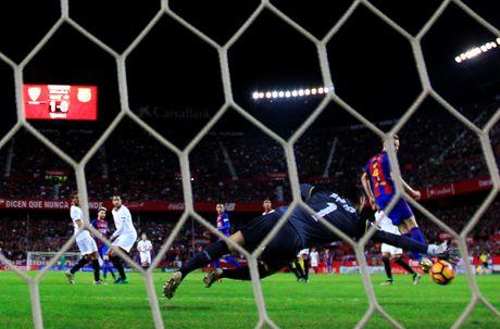 Messi noi gian nem giay vi the phat khong dang co - Anh 6