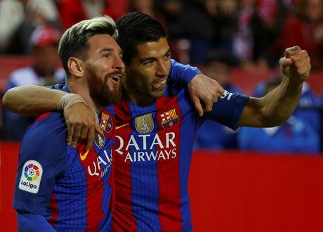 Messi noi gian nem giay vi the phat khong dang co - Anh 7