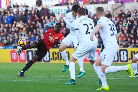 Ibra, Pogba vao doi hinh hay nhat vong 11 Premier League - Anh 9