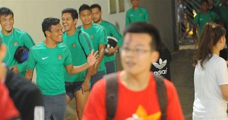 Tuyen thu Indonesia dua cot voi fan nu Viet Nam - Anh 2