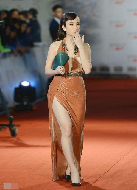 MC Quynh Chi lo mieng dan nguc, Angela Phuong Trinh lo chan cong - Anh 2