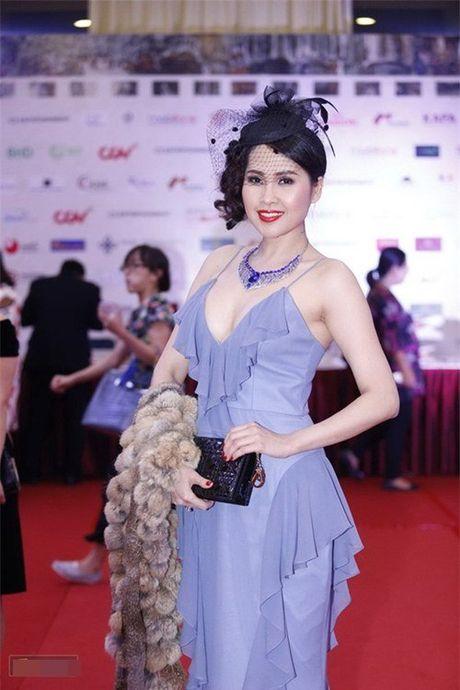 MC Quynh Chi lo mieng dan nguc, Angela Phuong Trinh lo chan cong - Anh 7