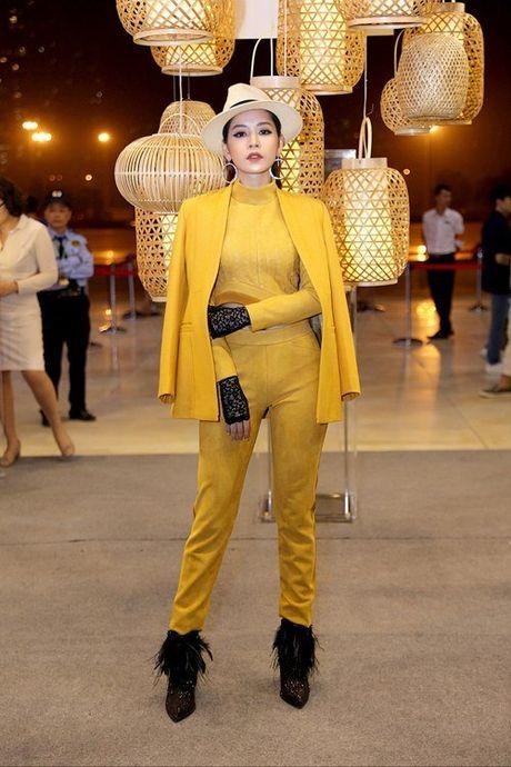 MC Quynh Chi lo mieng dan nguc, Angela Phuong Trinh lo chan cong - Anh 8