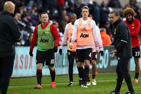 Alan Shearer bat ngo ung ho Mourinho chi trich Smalling va Shaw - Anh 3