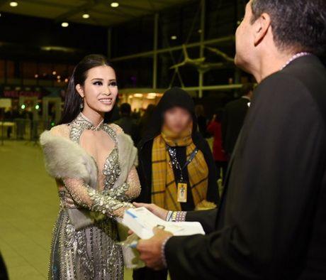 Showbiz 11/7: Hoac Kien Hoa len tieng, Dong Nhi nhan giai o Ha Lan - Anh 1