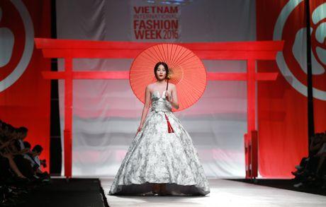Sau Lien hoan phim, Nam Em 'tan cong' san dien Tuan le thoi trang - Anh 1