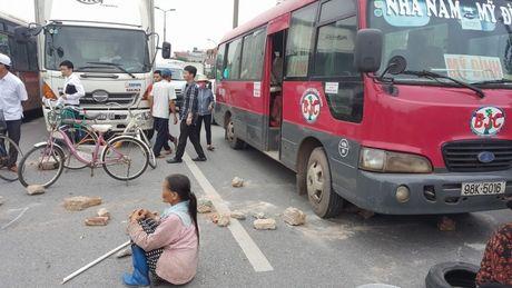 Ha Noi: Dan lap 'lo cot' chan duong len san bay Noi Bai - Anh 1