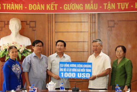 Nguoi Viet tai Lao tiep tuc quyen gop ung ho dong bao mien Trung - Anh 1