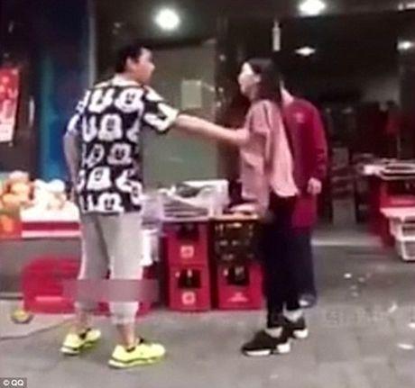 TQ: Bi ban gai 'tung chuong' dung cho hiem vi keo kiet - Anh 1