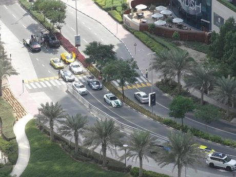 E kip phim Thanh Long pha nat sieu xe cua hoang tu Dubai - Anh 4