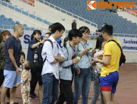 Fan bao vay Cong Phuong va dan sao DTQG Viet Nam - Anh 1