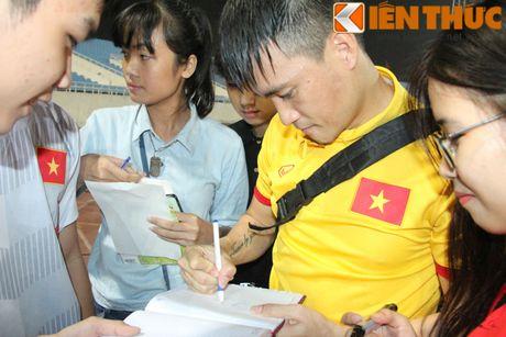 Fan bao vay Cong Phuong va dan sao DTQG Viet Nam - Anh 9