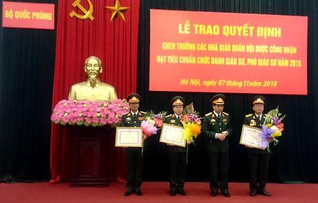 Bo Quoc phong khen thuong cac tan Giao su, pho Giao su - Anh 1