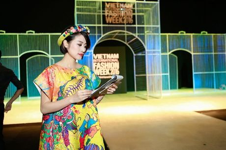 MC Phi Linh ca tinh, day bien hoa tai Vietnam International Fashion Week - Anh 11