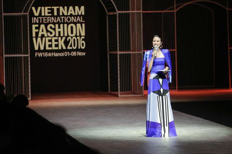 MC Phi Linh ca tinh, day bien hoa tai Vietnam International Fashion Week - Anh 1