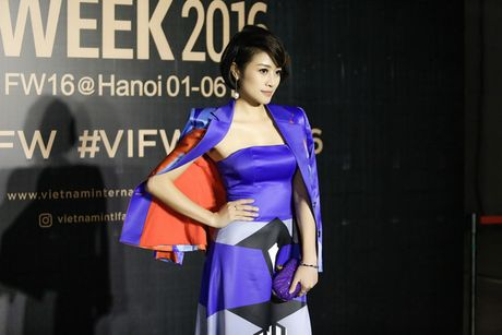 MC Phi Linh ca tinh, day bien hoa tai Vietnam International Fashion Week - Anh 3