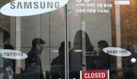 "Be boi ""ban than"" Tong thong Han: Van phong Samsung bi dot kich - Anh 1"