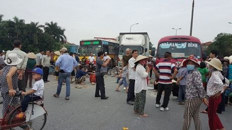 Nguoi dan mang gach da chan xe, duong len Noi Bai un tac hon 1 gio - Anh 1