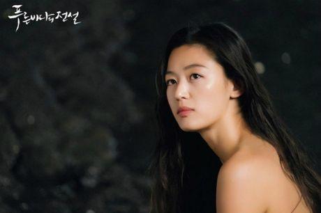 Jeon Ji Hyun khoe vai tran giua dam sen khi vao vai tien ca - Anh 2
