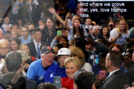 Tong thong Obama, ba Hilary va ong Trump xuat hien truoc bau cu My - Anh 4