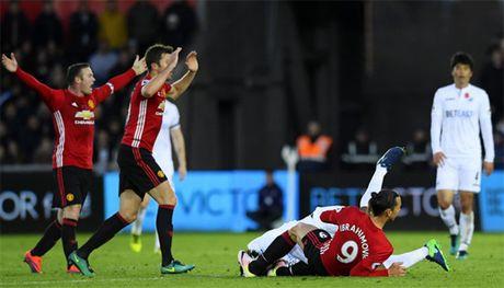 Ibrahimovic xin loi CDV Man Utd vi an treo gio - Anh 1