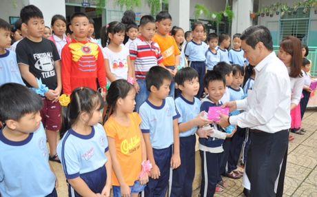 TIE tang qua cho 600 hoc sinh co hoan canh kho khan - Anh 2