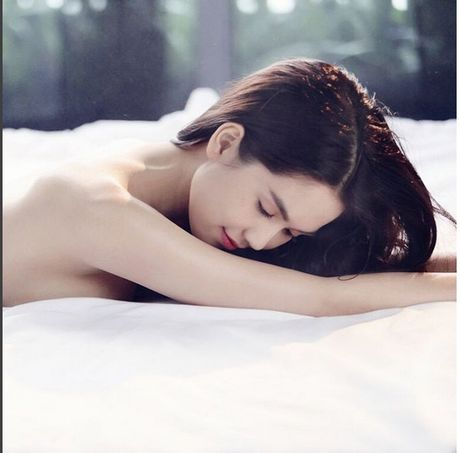 Ngoc Trinh cung co luc lai 'khon kho' vi tinh den the nay? - Anh 1
