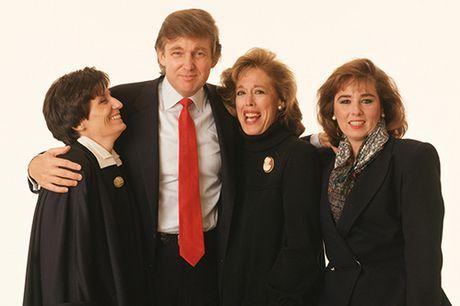 Donald Trump trong mat cac nu nhan vien - Anh 1