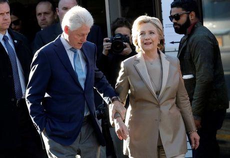 Nguoi ung ho ho reo chao don Clinton tai diem bo phieu - Anh 1
