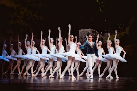 Vo ballet 'Kep hat de' va 'Ho thien nga' trinh dien tai Viet Nam - Anh 1