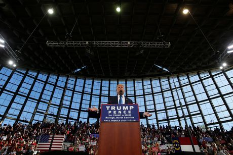 Trump thuc trang dem, Clinton mang 'sao' tranh cu phut cuoi - Anh 1