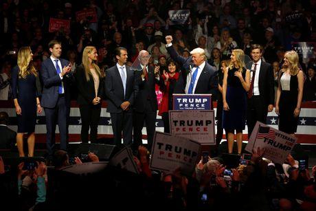 Trump thuc trang dem, Clinton mang 'sao' tranh cu phut cuoi - Anh 2